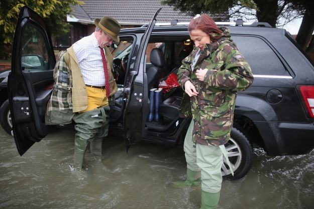 Heres A Bunch Of Concerned Looking Politicians Staring At Floods enhanced 29398 1392129307 15