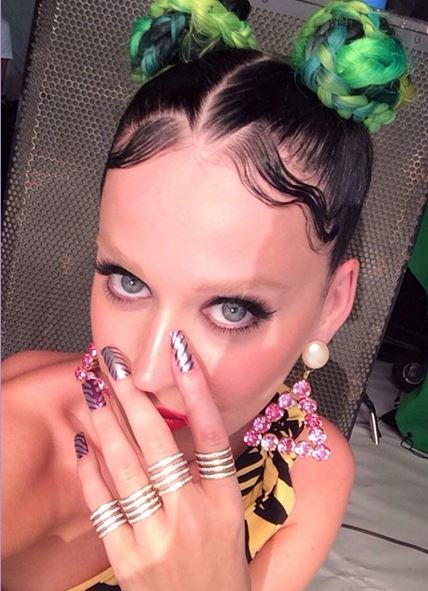 katy perry eyebrows Katy Perry Has Bleached Her Eyebrows! WTF