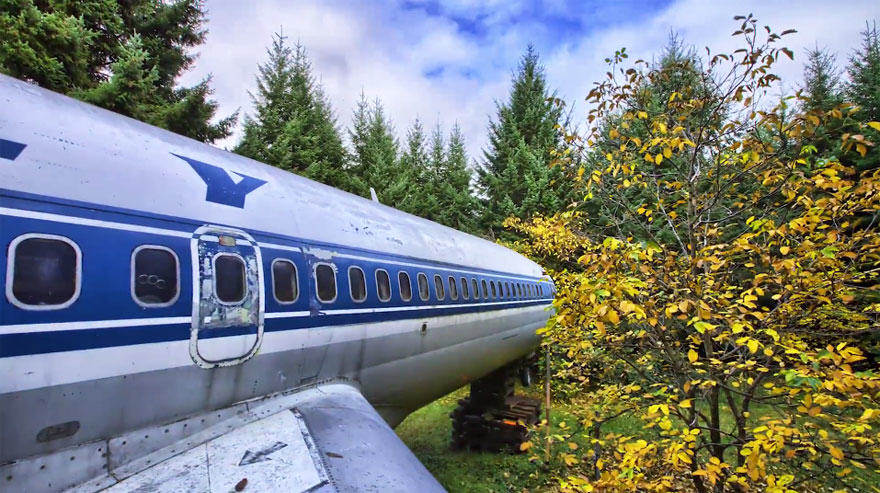 retired boeing 727 recycled home bruce campbell 13 This Man Lives In A Boeing 727 In The Middle Of The Woods