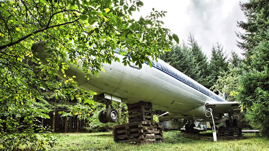 retired boeing 727 recycled home bruce campbell 14 This Man Lives In A Boeing 727 In The Middle Of The Woods