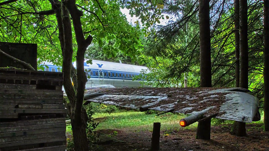 retired boeing 727 recycled home bruce campbell 16 This Man Lives In A Boeing 727 In The Middle Of The Woods
