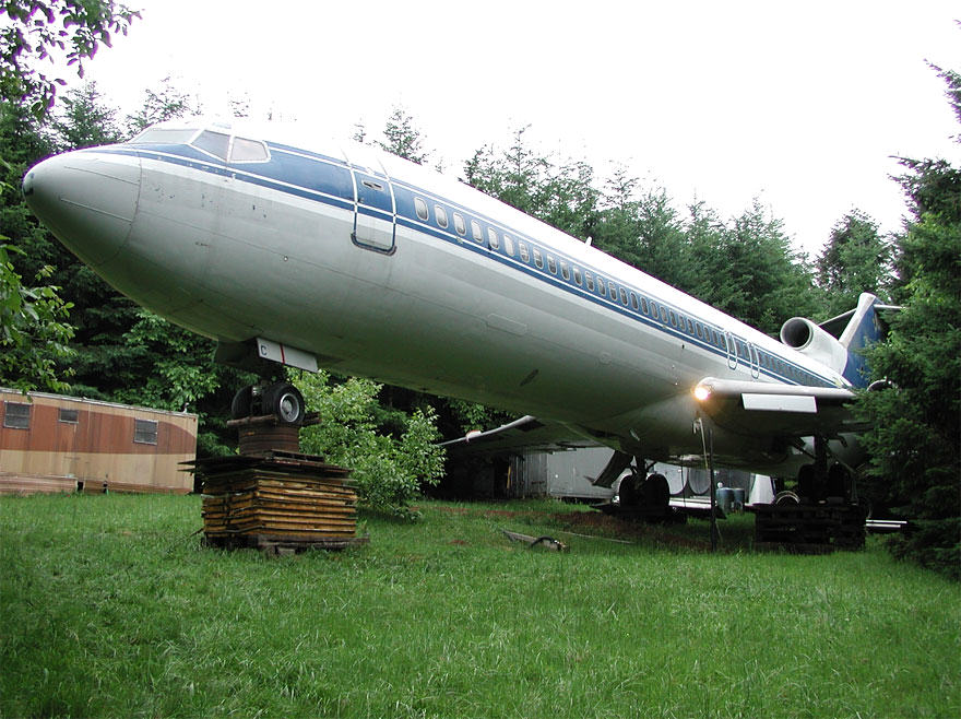 retired boeing 727 recycled home bruce campbell 18 This Man Lives In A Boeing 727 In The Middle Of The Woods