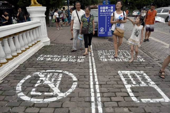 ad 1459113561 China Creates Separate Walking Lane For Smartphone Users