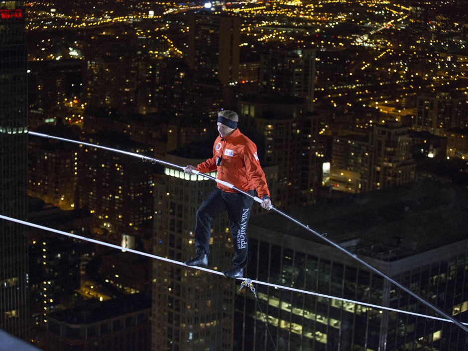 nik wallenda side Blindfolded Man Completes Tightrope Walk Between Two Chicago Skyscrapers