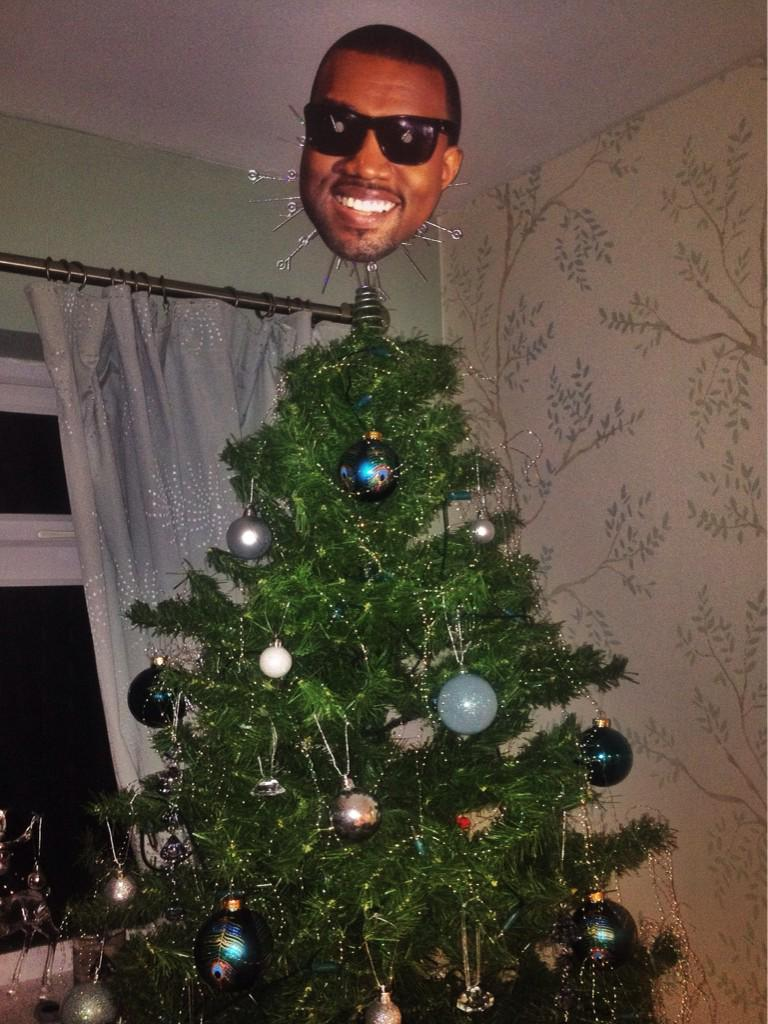 B5KMtQYIEAAsD0Z People Are Putting Kanye On Top Of Their Christmas Trees