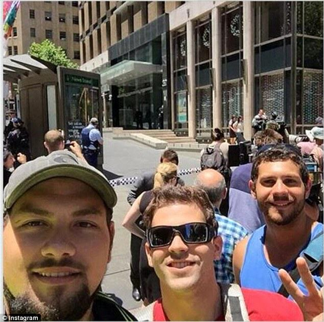 hostage 1 People Are Taking Selfies Outside The Terror Siege Thats Happening In Sydney