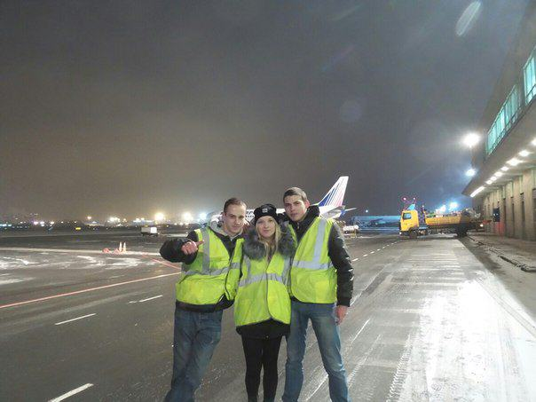 Teenagers Make Mockery Of Airport Security, Take Selfies On Runway russian teens airport security