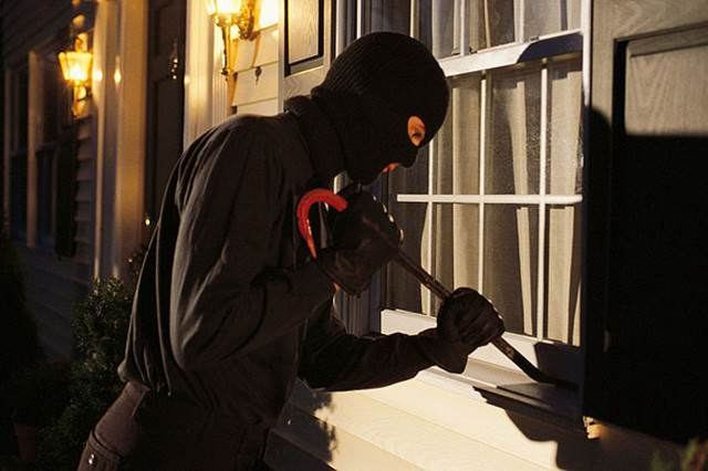 burglar 640x426 Security Firm Lands Itself In Hot Water After Giving Burglars A Helping Hand