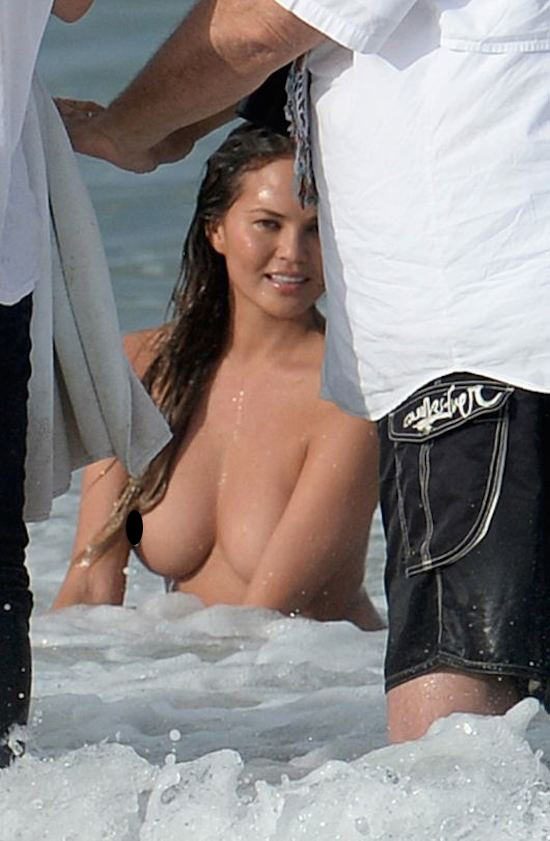 girl51 John Legends Girlfriend Chrissy Teigen Goes Fully Naked On Beach For Photoshoot