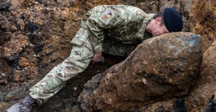 llkmn The Army Are Diffusing A Massive Bomb That Was Found In London Yesterday