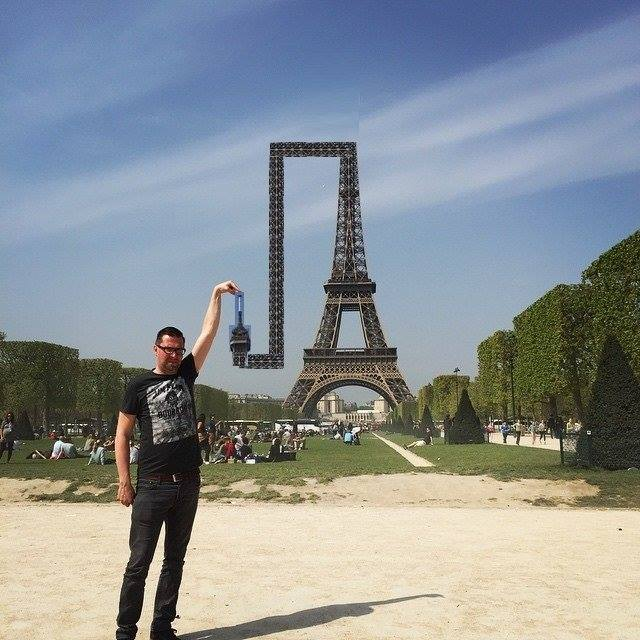312 This Guy Posing Next To The Eiffel Tower Is The Latest Internet Craze