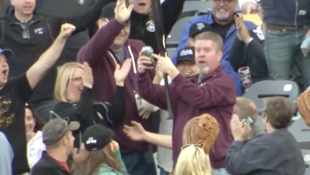 beer bat Fan Catches Flying Baseball With One Hand, Manages To Keep Beer In Glass Like A Boss