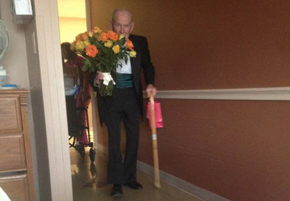 old man web1 War Veteran Goes To See Hospitalised Wife On 57th Anniversary, Best Thing Ever