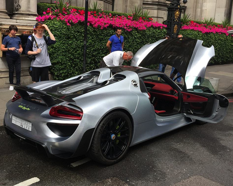 55b8a668ccd7d Rich Guy Gets £1m Car Cleaned On One Of Londons Busiest Roads