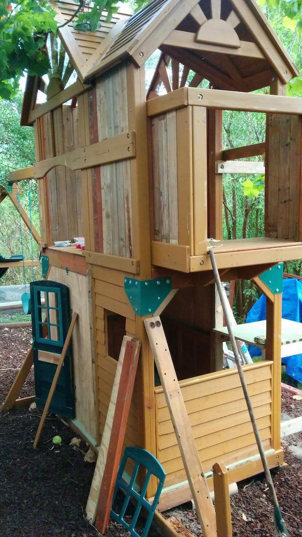fort4 Creative Dad Turns Playset Into BADASS Fort