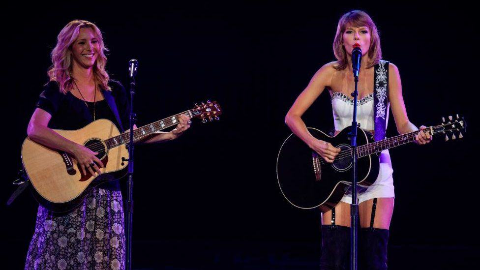 UNILAD 85220890 taylorandlisa2 BBV7 The One Where Phoebe From Friends Goes On Stage With Taylor Swift And Sings Smelly Cat