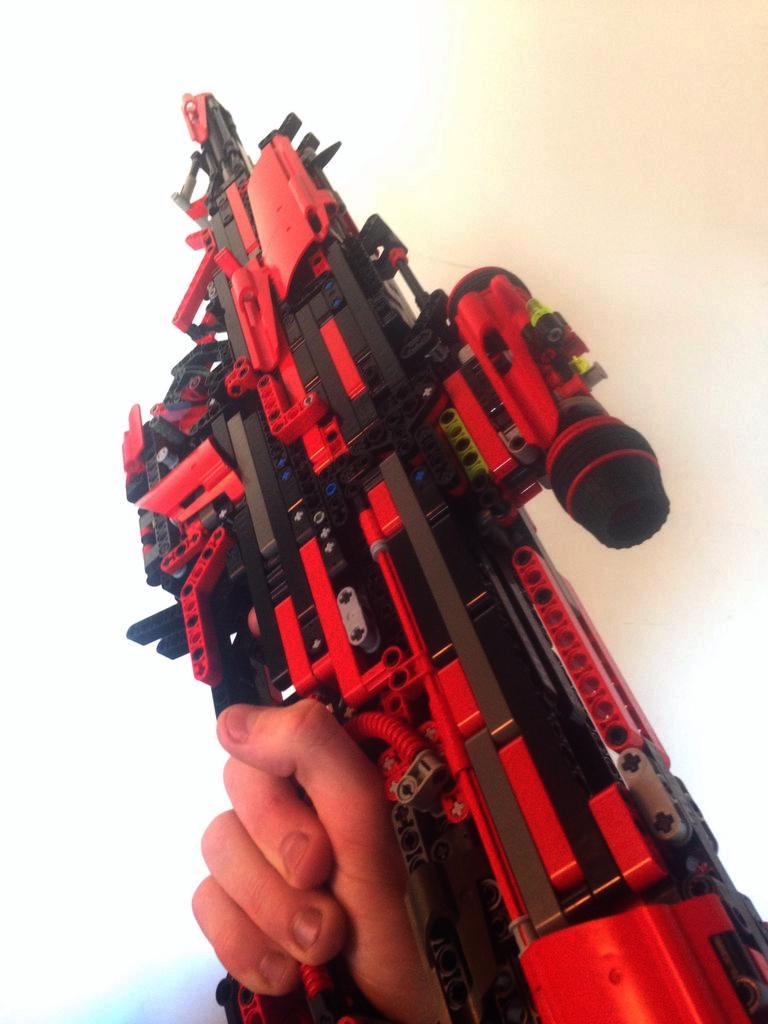 UNILAD 8GOebnT4 This Guy Created A Fully Working Gun Out Of Lego