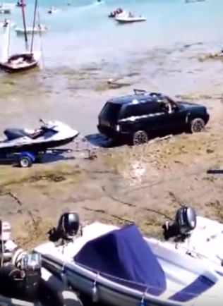 UNILAD ES9X3nowF74 Moment Range Rover Had To Be Rescued By 50 Year Old Land Rover