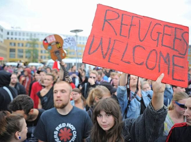 An Anti Nazi Song Is Top Of The German Charts Again To Welcome Refugees UNILAD german refugees6