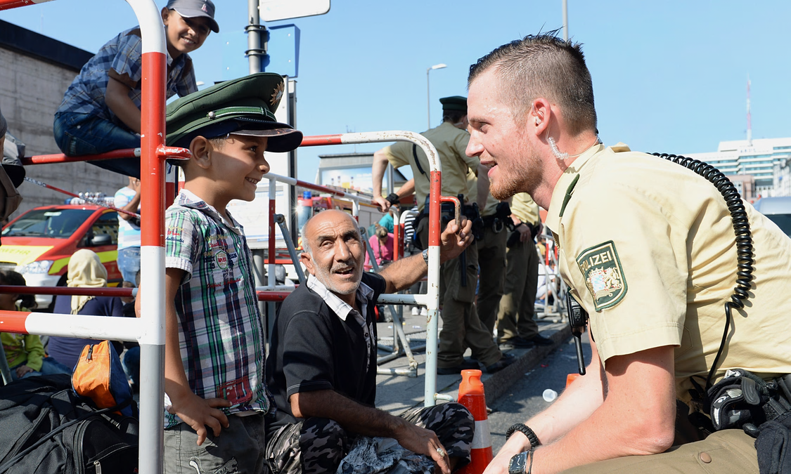 UNILAD ref17 Refugees Greeted By Cheers From Germans After Long Journey From Budapest
