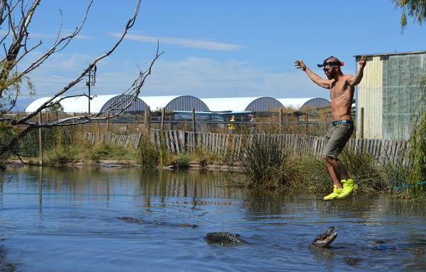 Daredevil Walks A Slackline Directly Above Pond Full Of Hungry Alligators UNILAD Screen Shot 2015 10 14 at 00.08.059