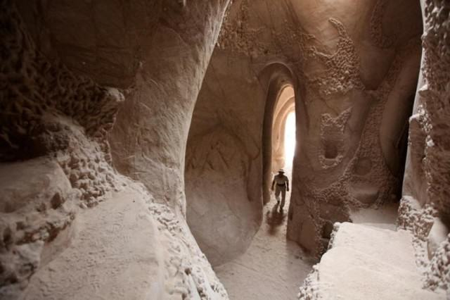 UNILAD cave664499 640x426 Lad Spends 25 Years In The Desert Carving Out Sandstone Caves