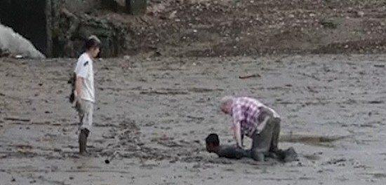 Fisherman Selflessly Lies Down In Mud To Rescue Stuck Tourists UNILAD fisherman159340