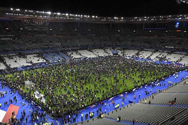 UNILAD stadium38046 Phone Hit By Suicide Bomb Shrapnel Saves Mans Life In Paris