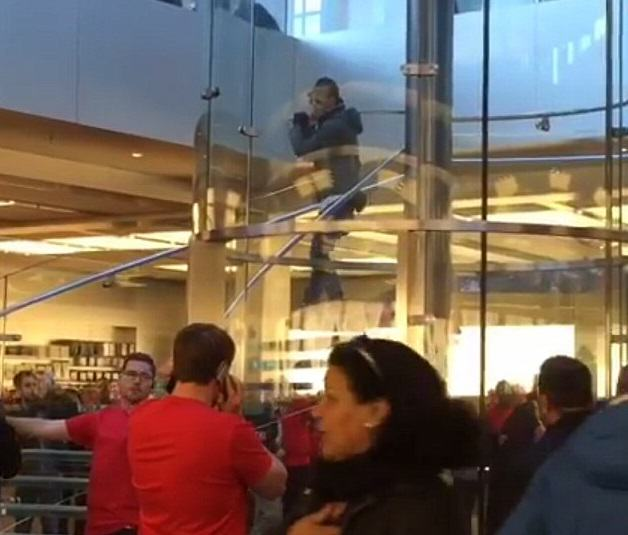 apple 3 Man Terrorises Customers In Flagship Apple Store With Samurai Sword