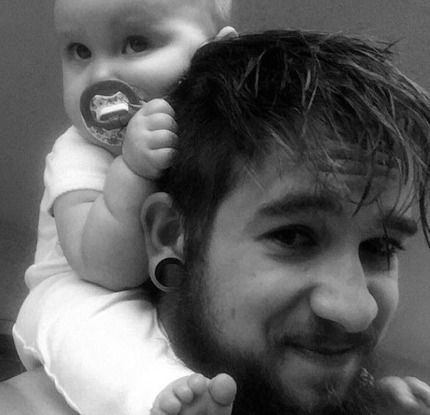 dad 32 Single Dad, 21, Raises Baby Daughter Alone After Mum Leaves Them