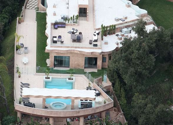 rihannahouse 588x426 How Is Bruce Willis' House On Sale For $12.9M When It Looks Like This?