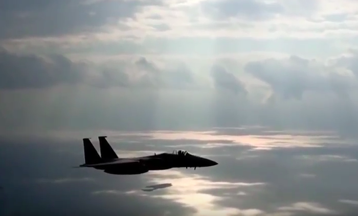 Screen Shot 2016 01 01 at 12.54.28 Incredible Cockpit Footage Shows Fighter Jet Pilots Performing Amazing Tricks