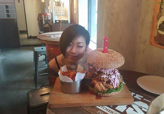 food web thumb Tiny Girl Absolutely Destroys 112oz Burger In Most Ridiculous Food Challenge Ever