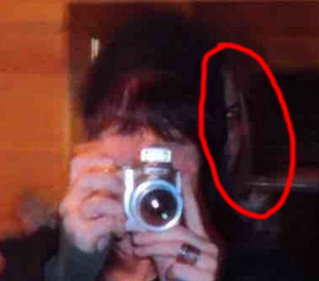 3 Demon Face In Womans Photo Goes Viral, Leaves Internet Terrified