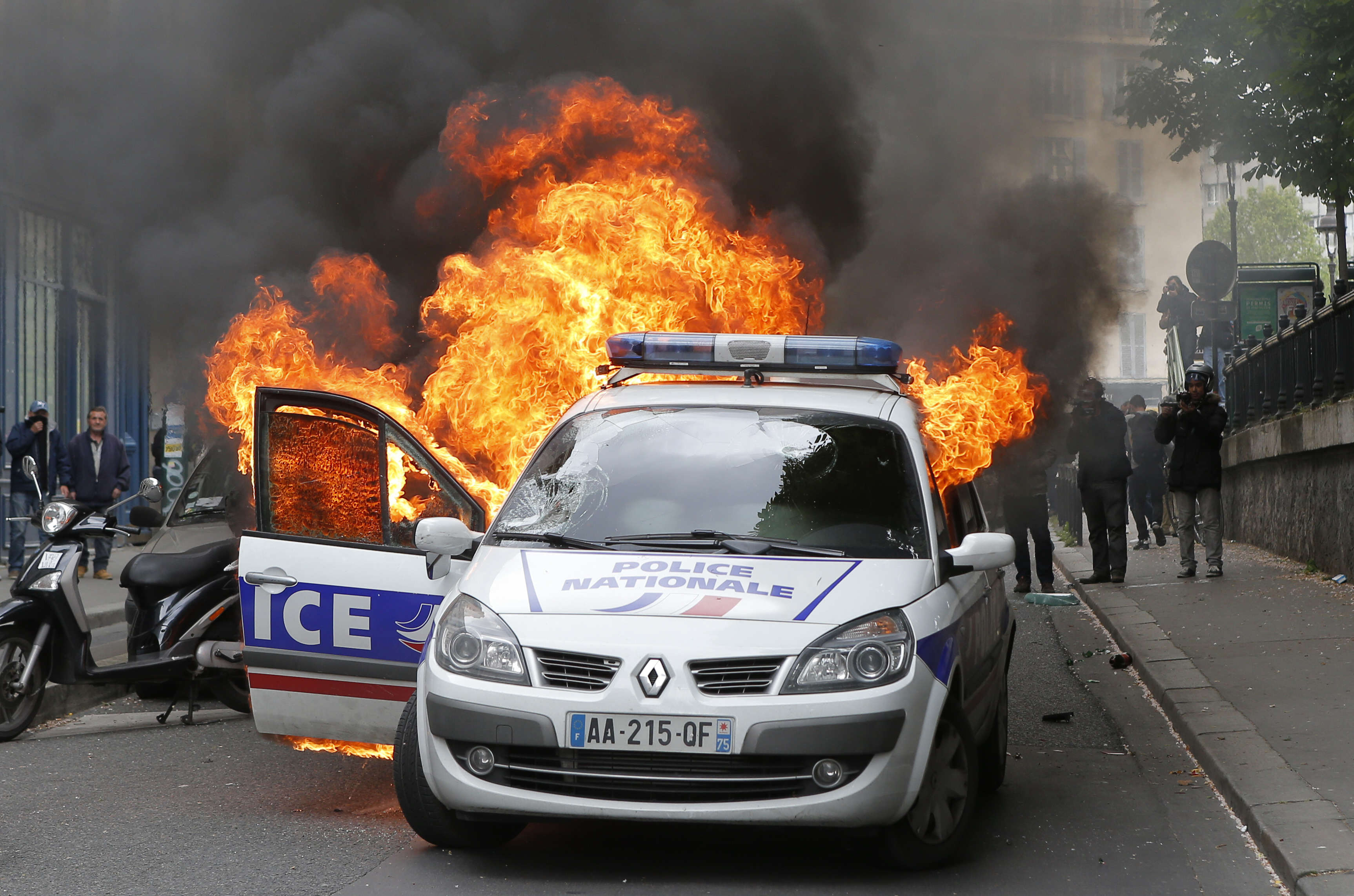 carfire2 Dramatic Footage Shows Mob Torching Police Car With Officers Inside
