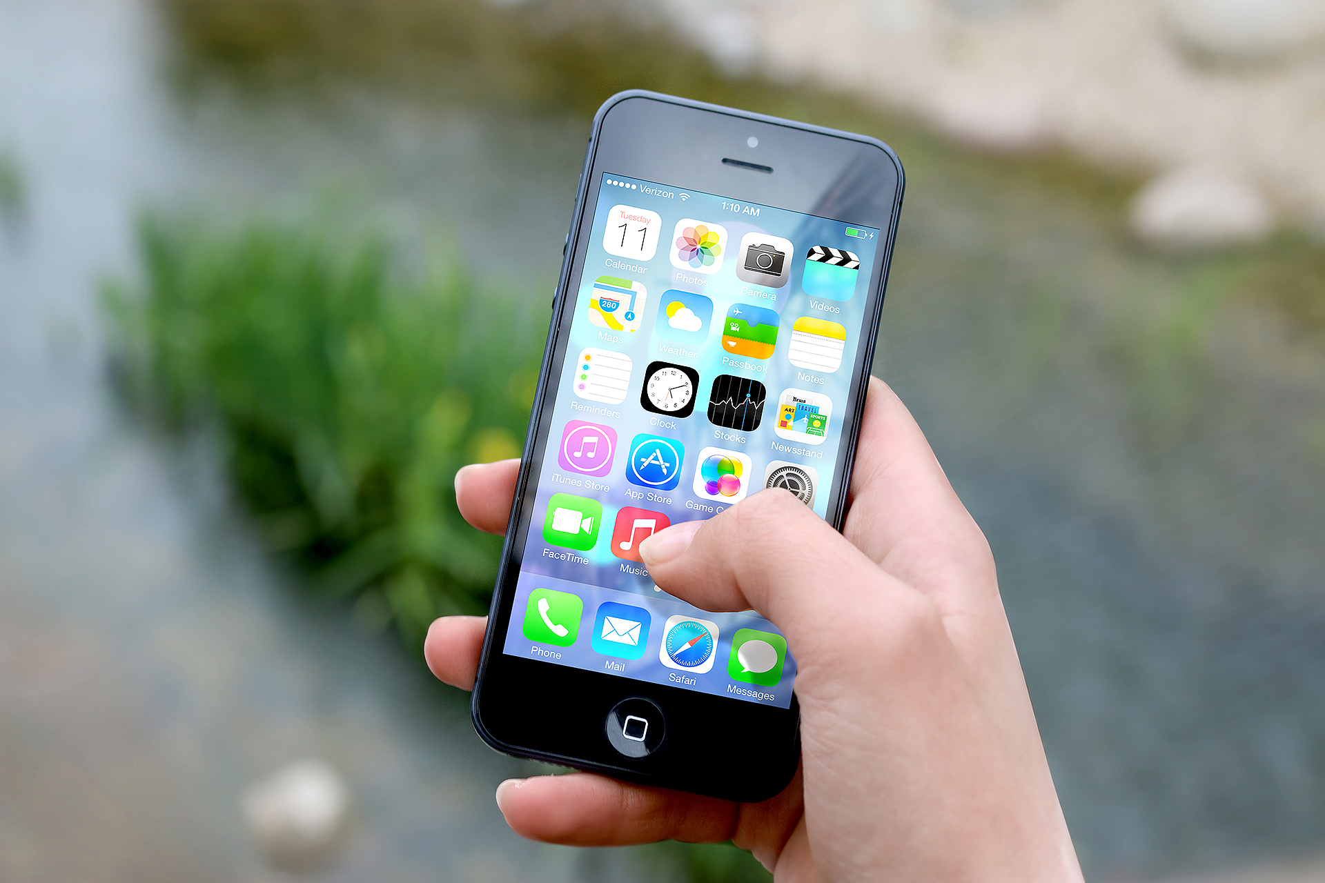 hand apple iphone smartphone Apple CEO Reveals Bizarre Inspiration For The iPhone