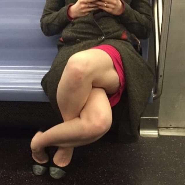 This Photo Of Woman Crossing Her Legs Defies All Laws Of Nature 4gJQTkQ