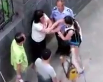 Brutal Video Shows Wife And Mistress In Massive Street Brawl Screen Shot 2016 07 20 at 10.17.22
