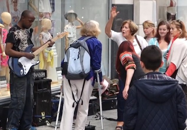 busker3 Brilliant Moment Crowd Shower Busker With Tips After Woman Kicks Off