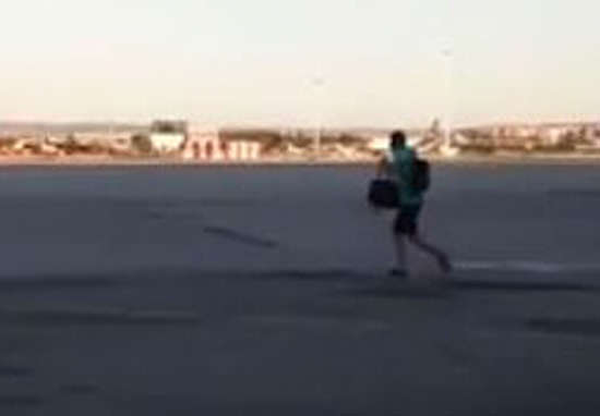 plane web 2 Footage Shows Guy Going To Extremes To Catch Ryanair Flight