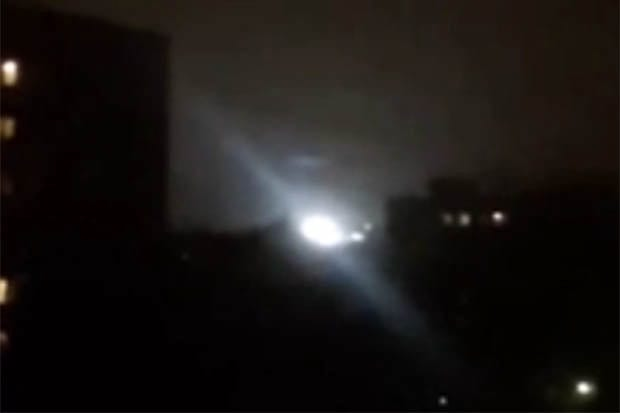 Strange Footage Shows UFO Hovering Over Block Of Flats 21759UNILAD imageoptim ufo1