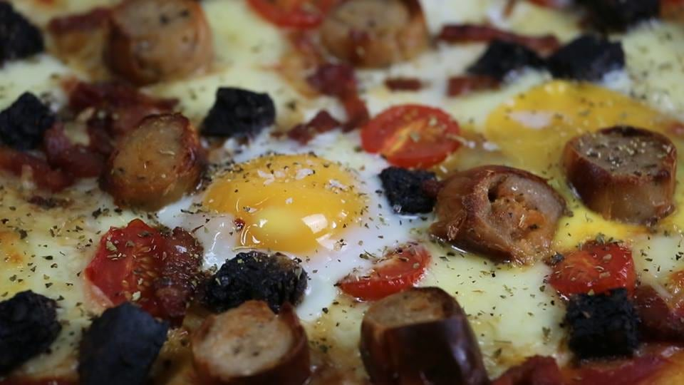 Heres How To Make Breakfast Pizza 38741UNILAD imageoptim pizzastill