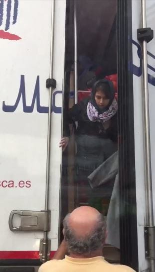 Lorry Driver Freeing Migrants From Back Of Truck Captured On Film 57787UNILAD imageoptim migrant 1