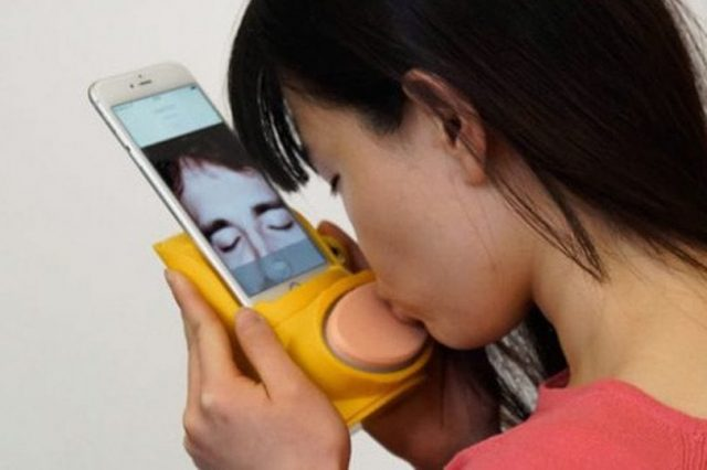 Creepiest Phone Attachment Ever Allows You To Kiss Over The Phone 35185UNILAD imageoptim Kissenger 640x426