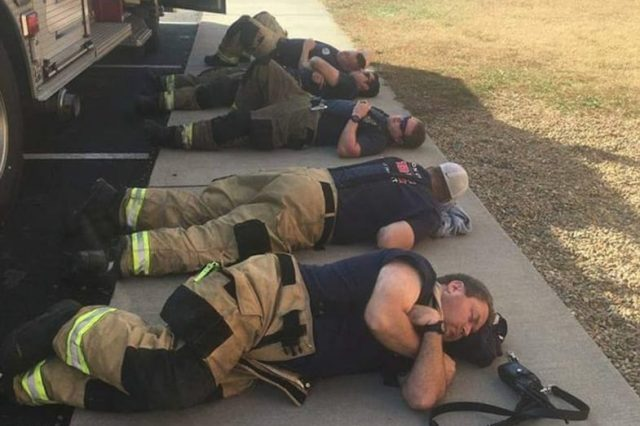 44828UNILAD imageoptim 3AE8B30A00000578 3988700 image m 60 1480566300959 640x426 Firefighters Take First Break From Bushfire In 36 Hours