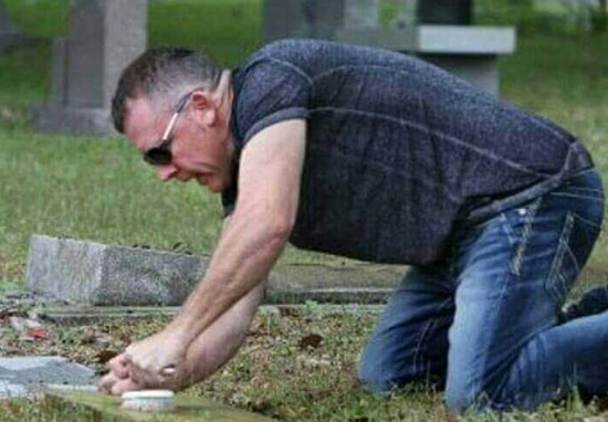 This Guy Spends His One Free Day A Week Cleaning Veterans' Tombstones